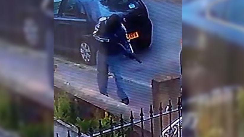 FOTO: Cámara de seguridad capta a un agresor enmascarado disparando a un hombre en plena calle
