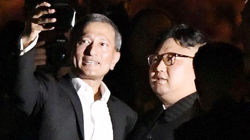 El primer selfi de Kim Jong-un: El líder norcoreano posa sonriente con políticos de Singapur