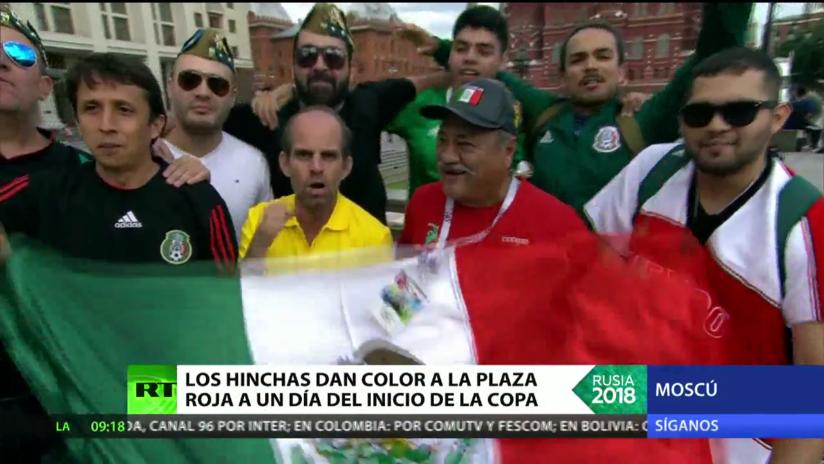 Hinchas mexicanos dan color a la Plaza Roja a un día del inicio del Mundial