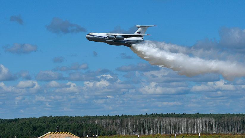 VIDEO: El avión Ilyushin Il-76 arroja por error 40 toneladas de agua sobre dos policías de tráfico