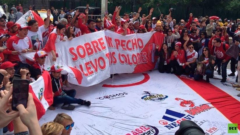 """""""Sobre mi pecho llevo tus colores"""": Hinchas peruanos revolucionan el centro de Moscú (FOTO, VIDEO)"""