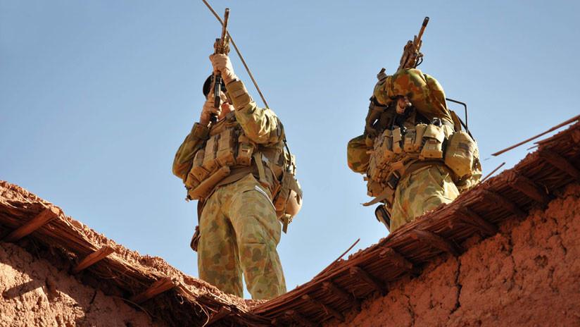 FOTO: Escándalo por la imagen de unos soldados australianos izando una bandera nazi en Afganistán