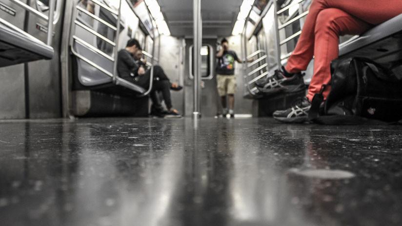Video: Un anciano abofetea a una mujer por no cederle su asiento en el metro