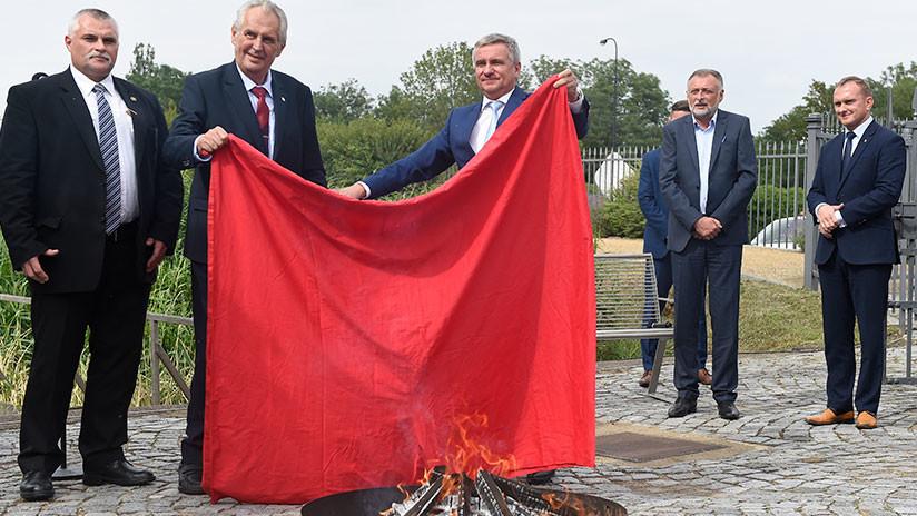 El presidente checo quema en público unos calzoncillos rojos gigantes (VIDEO)