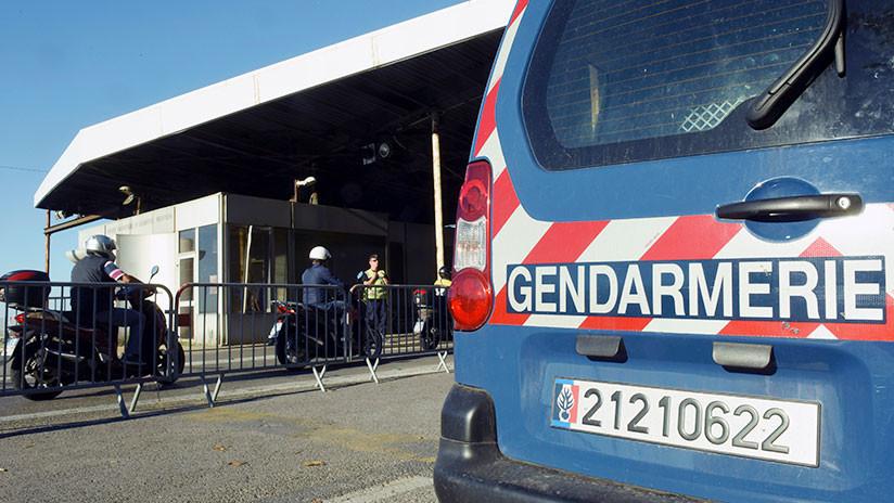 Oxfam: Policía francesa corta la suela de los zapatos y roba las tarjetas SIM a niños migrantes