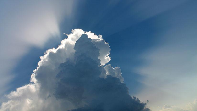 FOTO: Captan una inverosímil nube con forma de hongo sobre una playa de Alabama