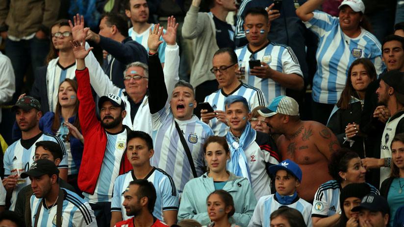 """""""Un minuto de silencio, para Chile que está muerto"""": Hinchas argentinos hacen un funeral para Vidal"""