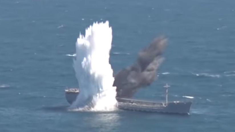 Un submarino turco hunde un buque durante unos ejercicios militares