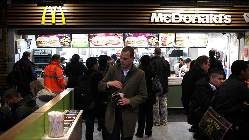 FUERTES IMÁGENES: Menores de edad pelean con cuchillos en un McDonald's londinense