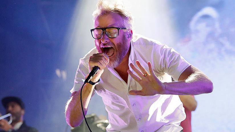 VIDEO: Cantante estadounidense se asusta de forma exagerada durante un concierto