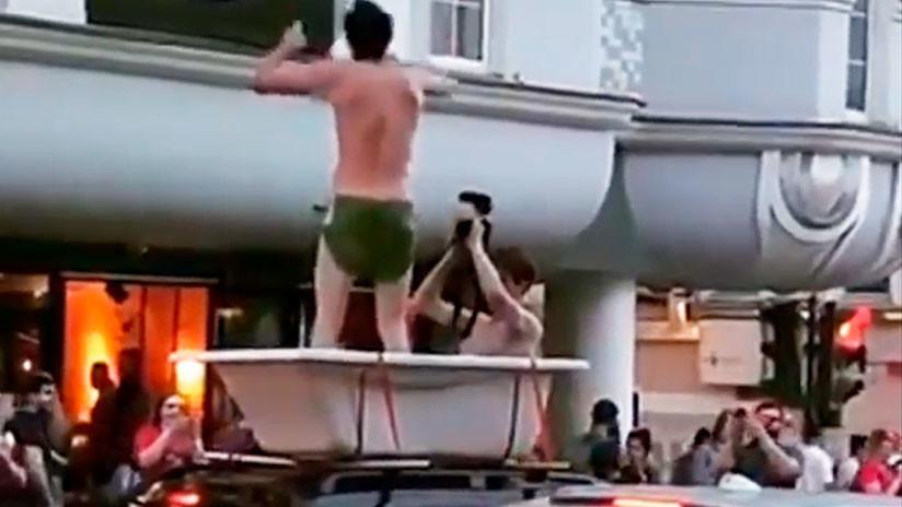 VIDEO: Dos hinchas pasean por el centro de Moscú en una bañera montada en un auto