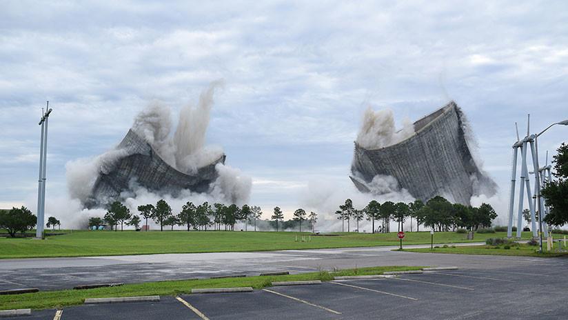 Dos enormes torres son demolidas en 10 segundos