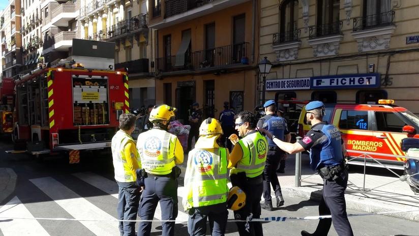 El derrumbe de las pasarelas de un bloque de viviendas en Madrid deja atrapados a varios vecinos