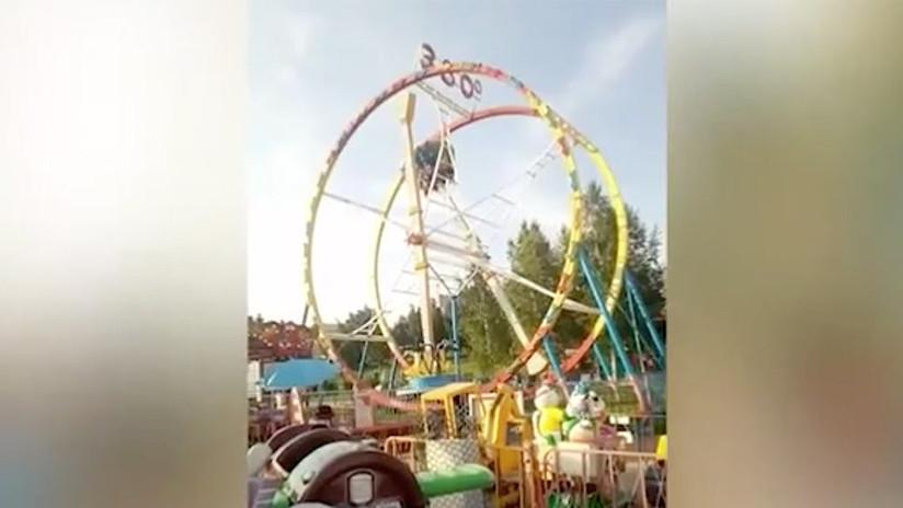 VIDEO: Visitantes de un parque de diversiones se quedan cinco minutos colgando boca abajo