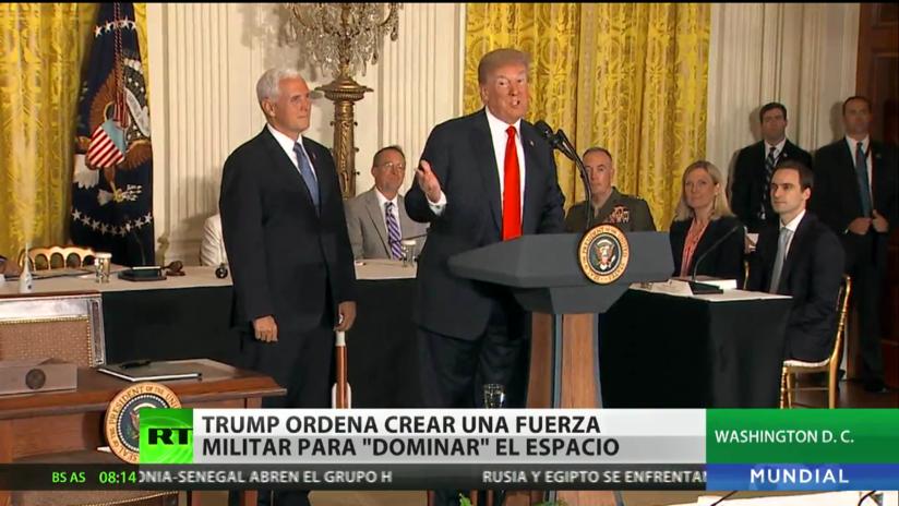 """Trump ordena crear una fuerza militar para """"dominar"""" el espacio"""