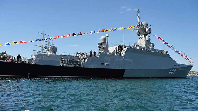Corbeta portamisiles rusa completa ejercicios en el mar Negro