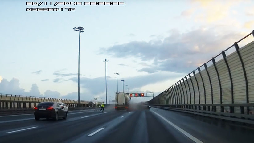 VIDEO: Un camión embiste a dos coches a toda velocidad en San Petersburgo