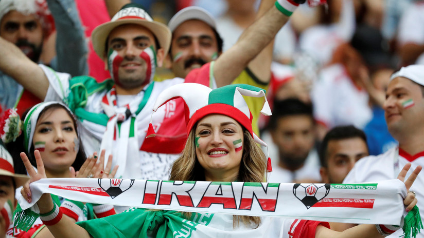 Mujeres y hombres iraníes por primera vez puedenver juntos un partido de fútbol en un estadio