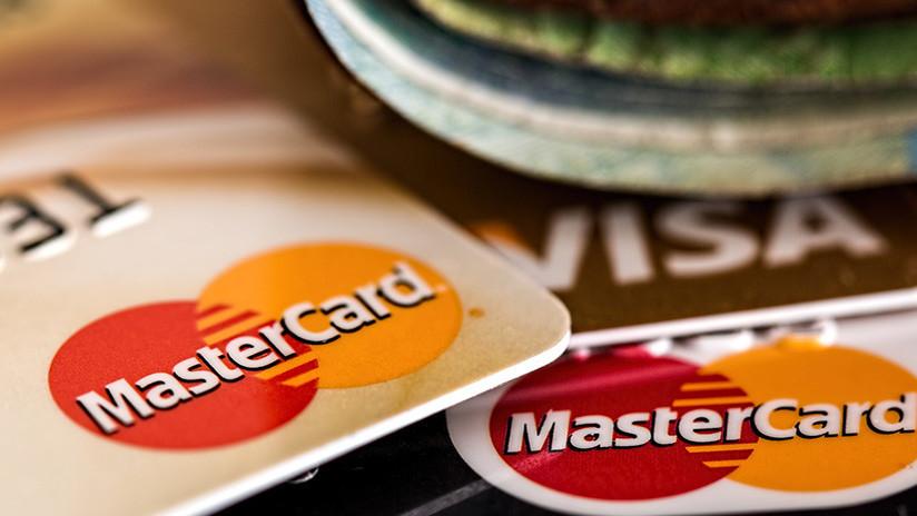El mundo es un pañuelo: Intenta pagar a una camarera con la tarjeta que le robó dos días antes