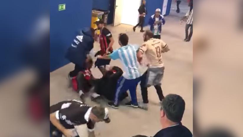 VIDEO: Hinchas argentinos pegan a dos aficionados croatas de manera brutal