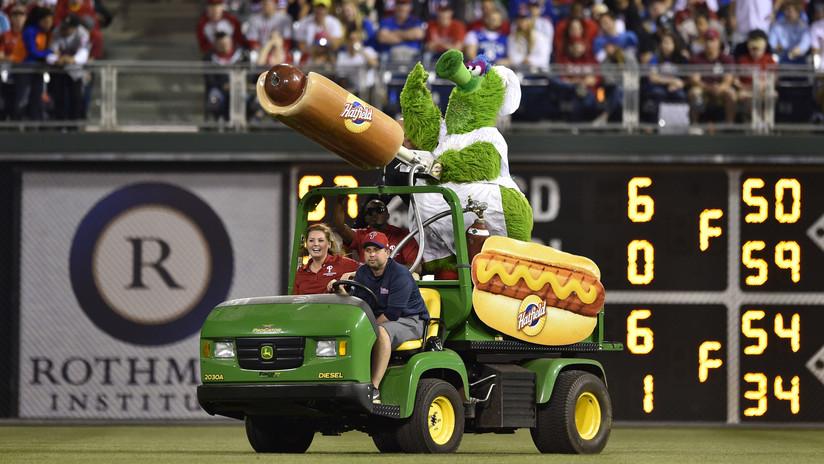 FOTOS: Fanática del béisbol resulta lesionada en pleno partido por una 'salchicha voladora'