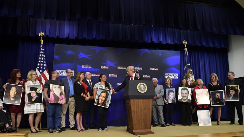 FOTOS: ¿Trump autografió retratos de personas asesinadas por inmigrantes indocumentados?