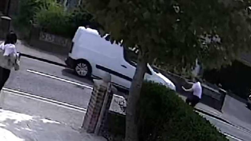 VIDEO: Agreden y atropellan a un hombre con una furgoneta robada en pleno día