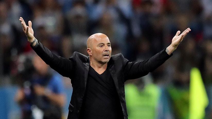 FOTO: El técnico argentino expone por descuido su libreta con tácticas para el juego contra Nigeria