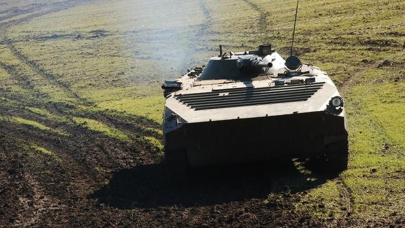 VIDEOS: Un vehículo militar blindado aplasta a un coche en una carretera