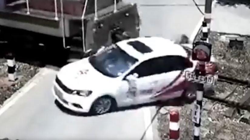 Saltarse un semáforo casi le cuesta la vida: Fuerte choque de un coche contra un tren (VIDEO)