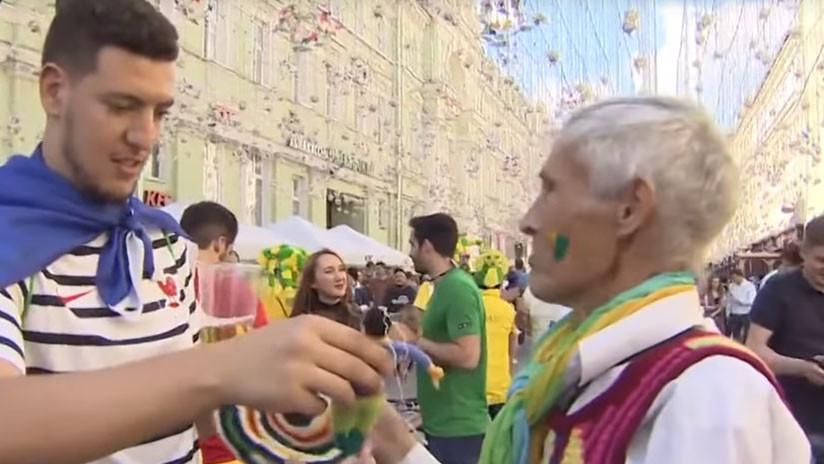 Video: Cálida acogida: Un pensionista ruso teje regalos para los hinchas del Mundial