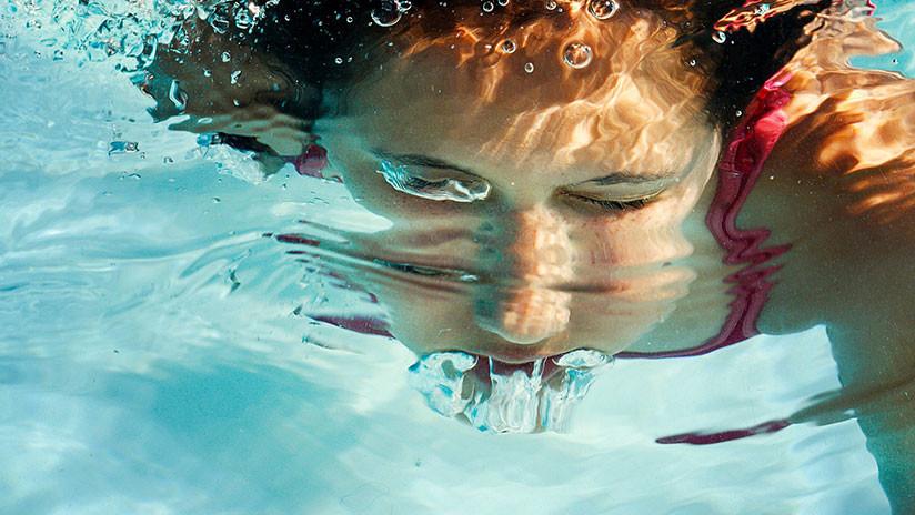 VIDEO: Mujer blanca golpea y acosa verbalmente a un adolescente afroamericano en una piscina