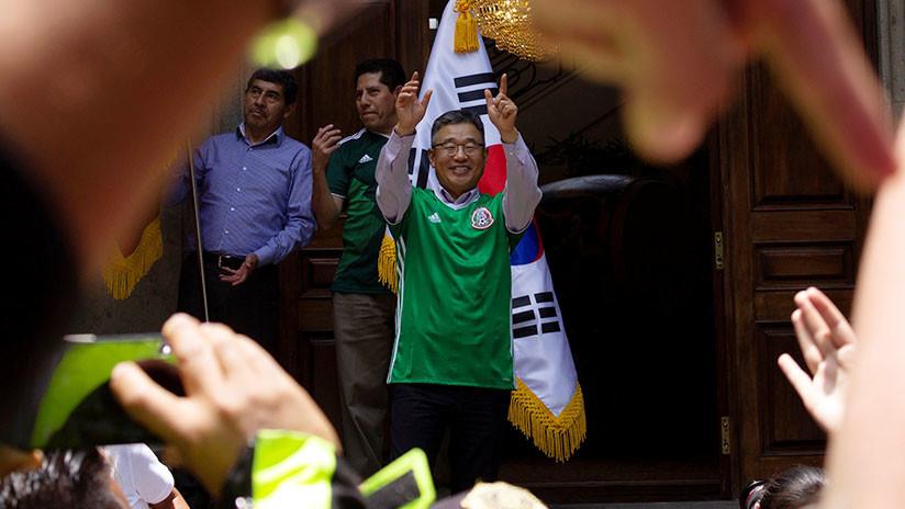 """""""¡Coreano, hermano, ya eres mexicano!"""": Hinchas aztecas 'emborrachan' al cónsul surcoreano (VIDEO)"""