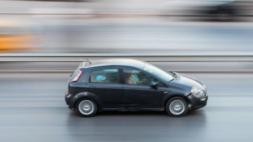 VIDEO: Un hombre va por la autopista sobre el capó de un automóvil a 110 kilómetros por hora