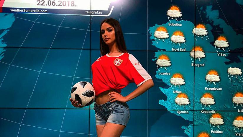 VIDEO: Presentadora de televisión serbia muestra en directo cómo se patea un balón