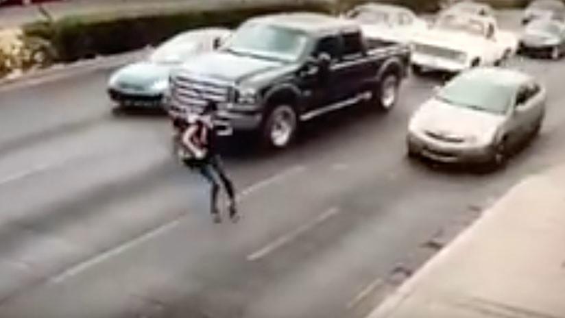 VIDEO: Chica con tacones resbala y es arrollada mientras cruza indebidamente una calle en México