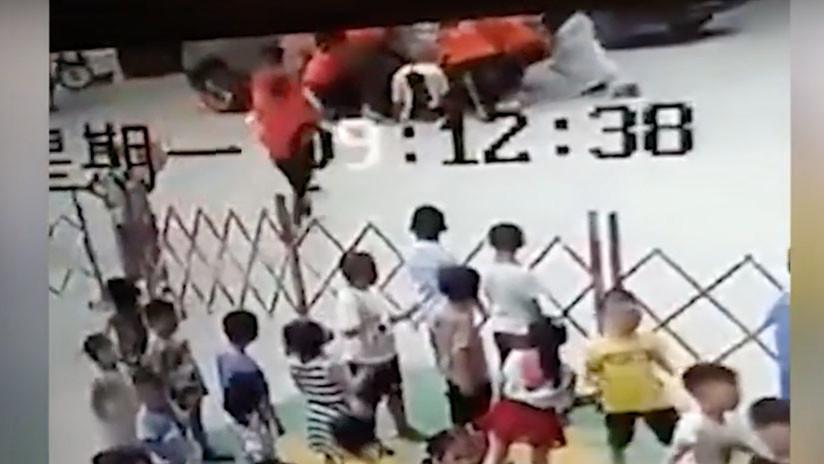 VIDEO: Seis mujeres levantan un todoterreno y liberan a un hombre atrapado bajo las ruedas