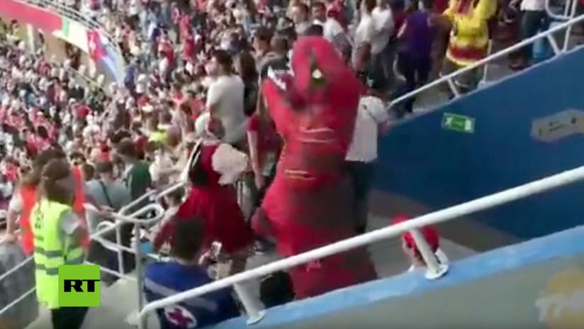 Nada raro en Rusia: Una 'dama' ataca a un 'dinosaurio' durante un partido del Mundial
