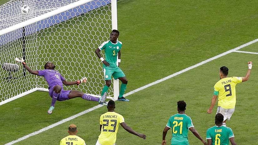 """""""Aquí, relajado"""": Un jugador senegalés descansa sobre el arco mientras Colombia marca un gol"""