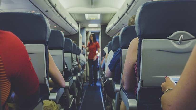 FUERTES IMÁGENES: Un pasajero conflictivo es derribado por guardias en un avión (VIDEO)