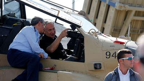 El primer ministro israelí, Benjamín Netanyahu, habla desde el interior de un helicóptero con el jefe de la Fuerza Aérea, Amir Eshel, en la base aérea de Tel Nof, el 17 de agosto de 2016.