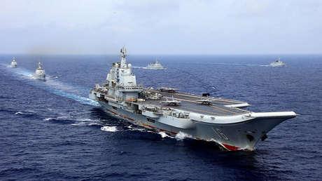 El portaviones Liaoning toma parte en ejercicios militares chinos de la marina del Ejército Popular de Liberación en océano Pacifico occidental . Abril 18, 2018