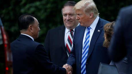 Trump y Kim Yong-chol se dan la mano en la Casa Blanca en Washington, EE.UU., el 1 de junio de 2018.