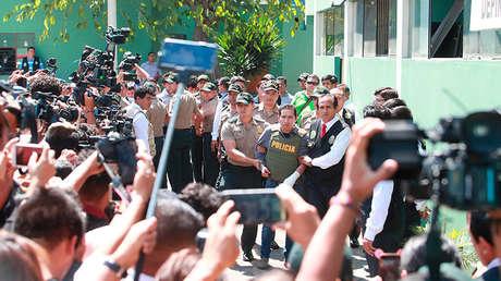 La policía escolta a Carlos Hualpa Vacas, autor del ataque contra Eyvi Ágreda, Lima, el 25 de abril de 2018.
