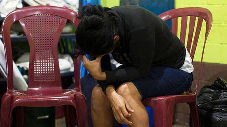 Fidelina López llora a sus familiares desaparecidos en un refugio cerca del volcán de Fuego en Alotenango, Guatemala, el 3 de junio de 2018.