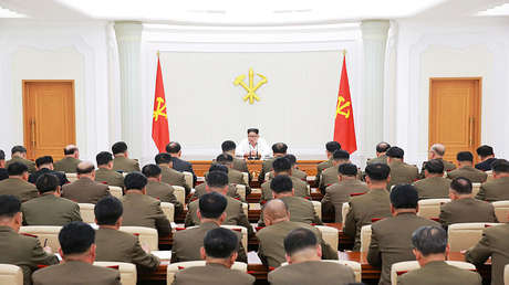 El líder norcoreano Kim Jong-un durante una reunión ampliada de la Comisión Militar Central del Partido de los Trabajadores de Corea, en Pionyang, el 18 de mayo de 2018