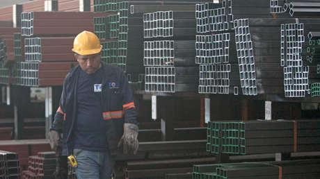 Un hombre trabaja en una fábrica de distribución de acero en Monterrey, en el norte de México, el 31 de mayo de 2018.