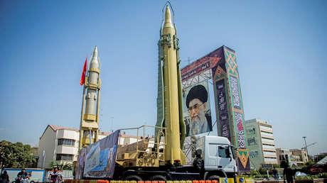 Dos misiles frente a un retrato de Alí Jameneí, Teherán, Irán, 27 de septiembre de 2017.