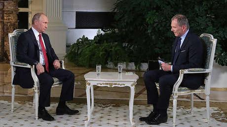El presidente ruso, Vladímir Putin, durante una entrevista con el periodista del canal austríaco ORF, Armin Wolf, en el Kremlin, 1 de junio de 2018.