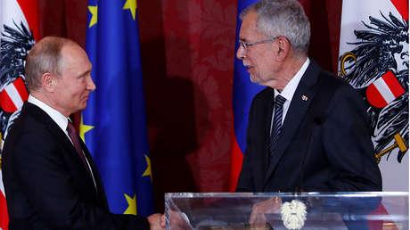 El presidente ruso Vladímir Putin estrecha la mano de su homólogo austriaco Alexander Van der Bellen, el 5 de junio de 2018.